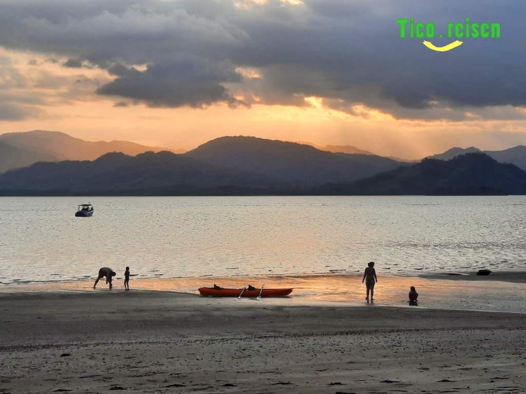 Kayak am Strand von Isla Chiquita